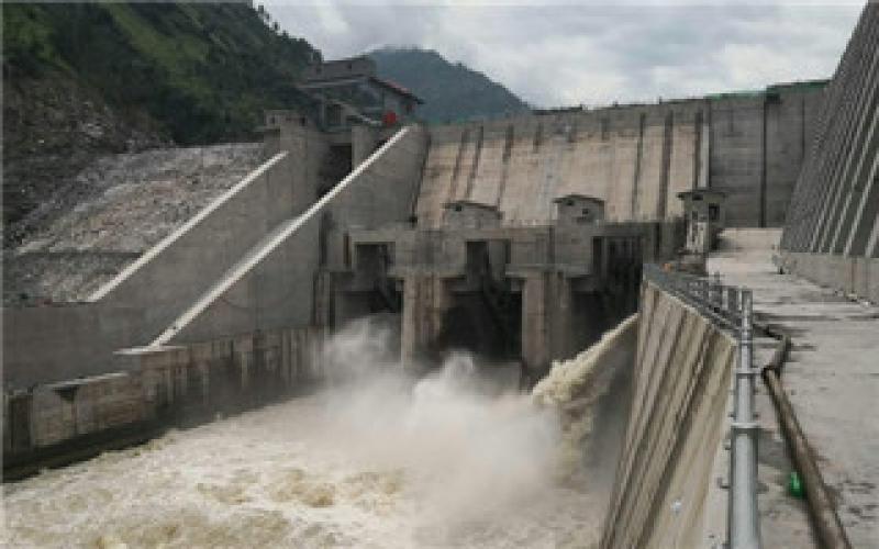 巴基斯坦在建最大水电项目进水口底泄水闸门开启