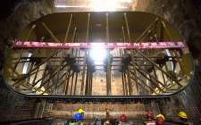 白鹤滩水电站工程右岸地下厂房完成首节机组肘管吊装