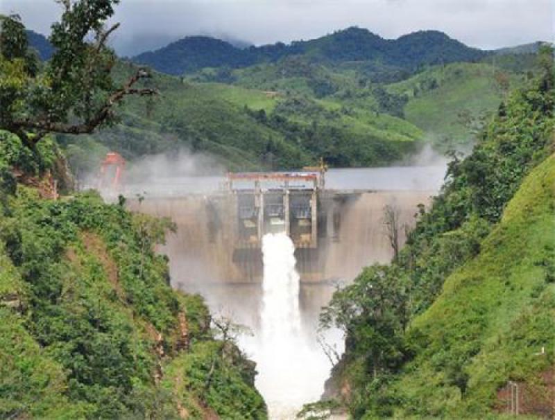 """""""亚洲电池""""的山区和内陆老挝正在以极快的速度建造数十座水坝"""