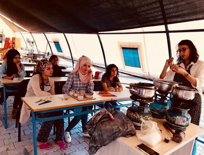 难民妇女接受可再生能源课程